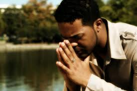 muskarac u molitvi