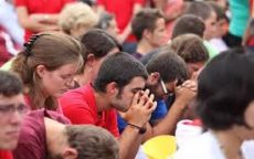 mladi u molitvi