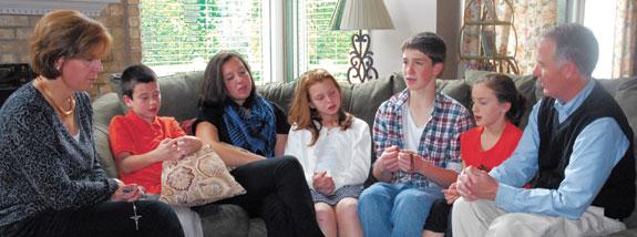 obitelj moli krunicu