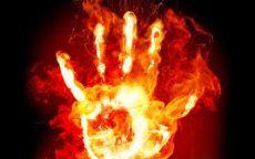 ruka u plamenu